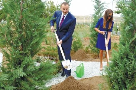 Президент Азербайджана принял участие в посвященной дню рождения Гейдара Ал ...