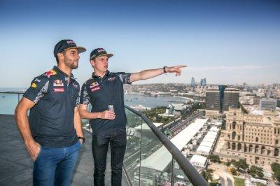 Дэниэль Риккардо и Макс Ферстаппен прибыли в Баку для участия в гонке Форму ...