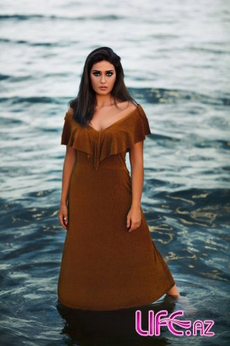 Актриса Пярвин Абиева в фотосессии на берегу Каспия