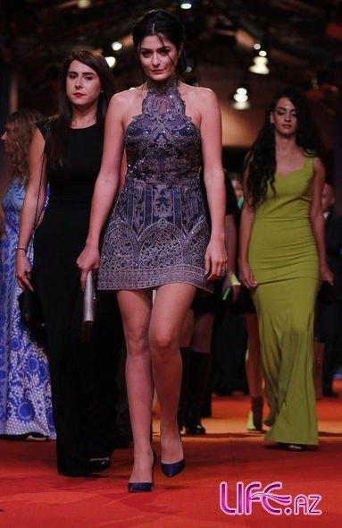 Несрин Джавадзаде в экстравагантном  платье на красной дорожке международного кинофестиваля