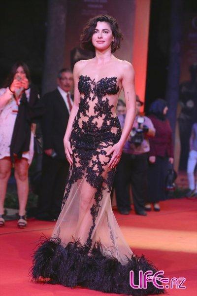 Несрин Джавадзаде в экстравагантном  платье на красной дорожке международно ...