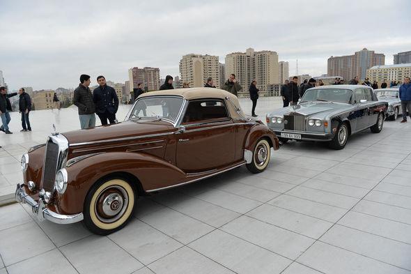 В Баку состоялся парад классических автомобилей