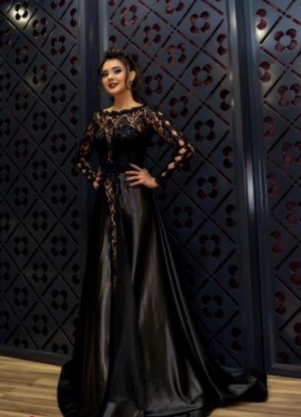 Оксана Расулова в центре внимания своим вечерним платьем