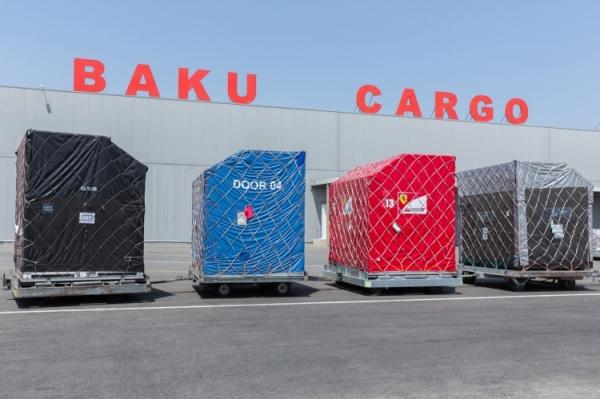 В Баку начали доставлять гоночные болиды «Формулы-1»