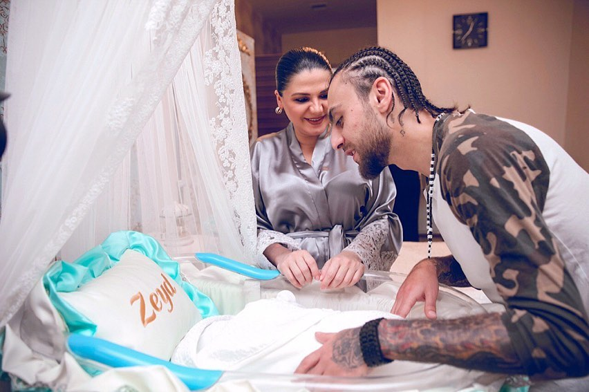 Натаван Хабиби и рэпер Dado с новорожденным сыном