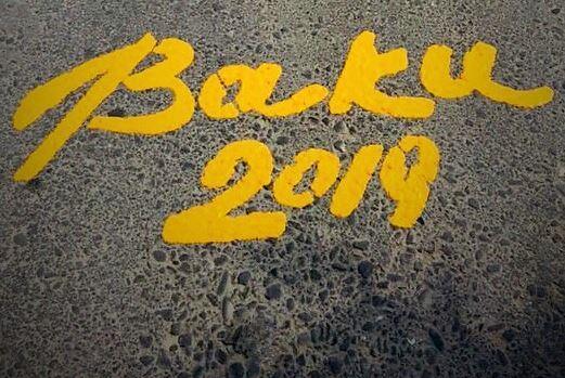 На дорогах Баку вступил в силу запрет на движение по желтым полосам