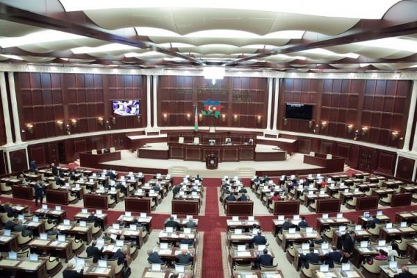 Милли Меджлис принял решение о введении военного положения на территории страны, в некоторых городах и районах - комендантского часа